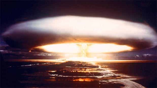 Una imagen de 1971 de una prueba nulcear de Francia en el atolón de Mururoa, en el Pacífico. (AFP).