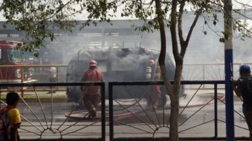 Un herido en incendio de vehículo en vía del Metropolitano