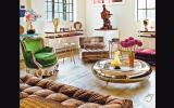 En este ambiente, un cuadro moderno convive con sofás clásicos y una mesa de centro retro. El resultado no se ve recargado gracias a los muros claros. Ambiente de Francis Sultana.