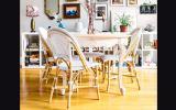 Haz que el ambiente adquiera un toque boho, integrando sillas de fibras naturales. Agrega una mesa con bordes labrados para darle elegancia al lugar. De Autumn and Fabrics.