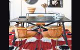 La mezcla entre lo clásico y lo rústico se unifica con el uso de madera oscura, la cual está presente en las sillas Mackintosh y en la mesa. De Liam Mooney Studio.