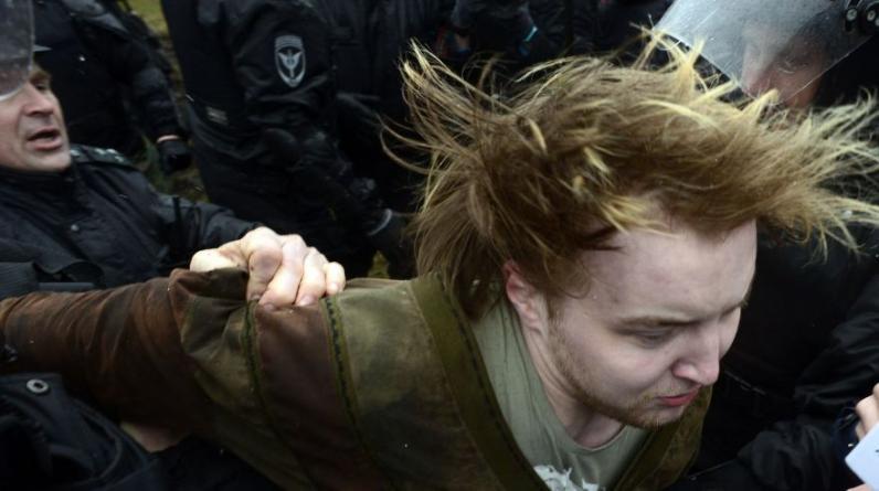 Varios cientos de rusos se reunieron en el centro de Moscú bajo la vigilancia de la policía antidisturbios para entregar peticiones escritas a mano por la renuncia del presidente Vladimir Putin. (AFP)