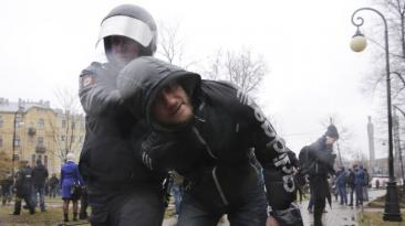 Detienen a más de 100 personas que pedían la renuncia de Putin