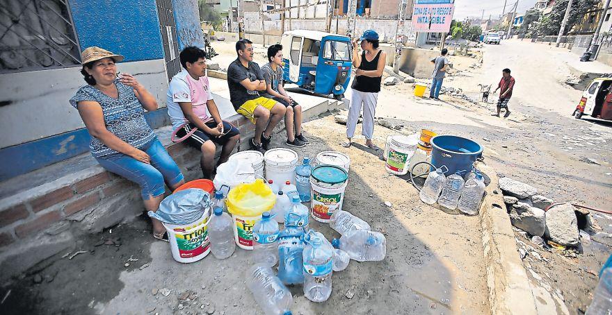 Este es el panorama habitual en Quirio: decenas de personas reuniendo la poca agua que pueden obtener. (Alonso Chero / El Comercio)