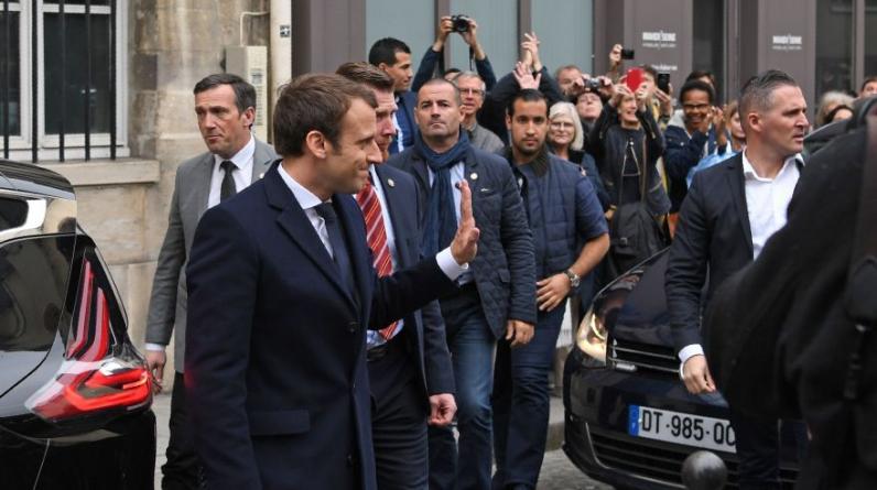 El socioliberal Emmanuel Macron homenajeó a las víctimas del Holocausto en su afán por contrarrestar su deterioro en los sondeos de Francia. (Foto:AFP)