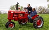 El fundador de la red social Facebook publicó imágenes en las que se les ve manejando un tractor, alimentando animales y cenando con sus anfitriones. (Foto: Facebook Mark Zuckerberg)