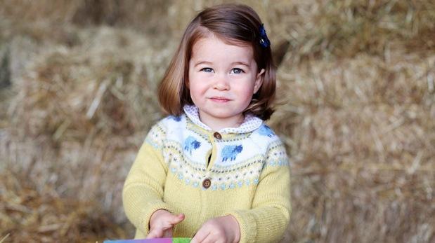 Duques de Cambridge celebran segundo cumpleaños de la princesa Carlota