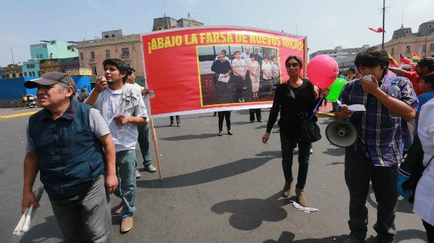 También portaron carteles con una foto de la cúpula de Sendero Luminoso en el recién iniciado juicio por el Caso Tarata. (Foto: Lino Chipana/ El Comercio)