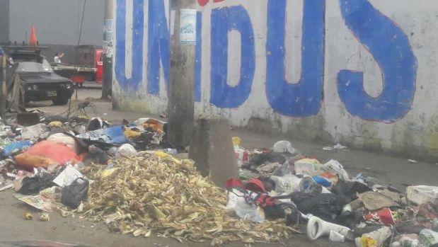 La basura acumulada es un dolor de cabeza para los vecinos de La Victoria. (Foto: WhatsApp El Comercio)