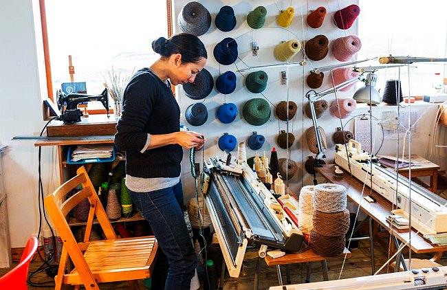La diseñadora Mati Ventrillon sabe que mantener un negocio de suéteres en isla de Fair significa comprometerse a una vida llena de dificultades. (Foto: Bloomberg)