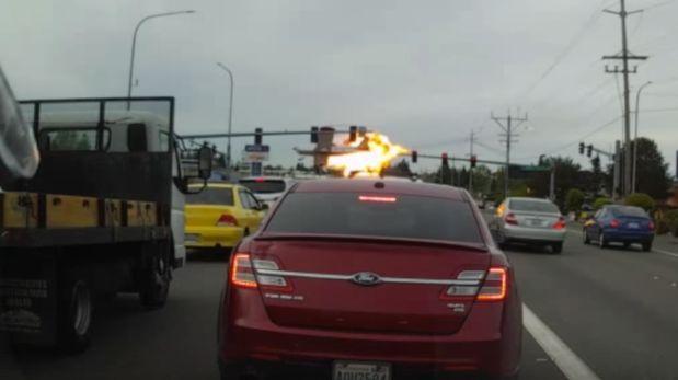 Milagroso: una avioneta cayó en una autopista y no hubo ningún herido