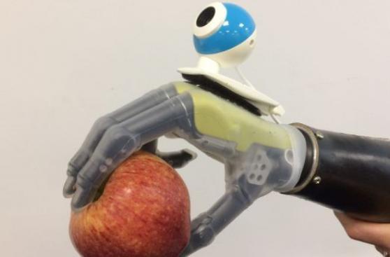 "mano protesica ""vede"" dà nuove speranze per amputati"