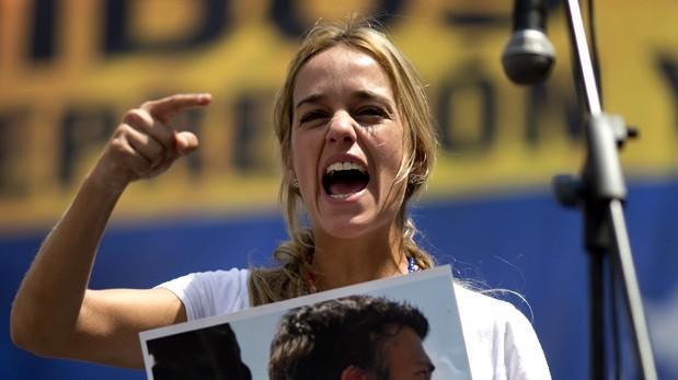 Leopoldo López recibió la visita de su esposa en la cárcel