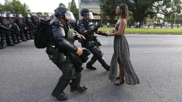 Esta foto de Ieshia Evans enfrentando a la policía durante una protesta de Black Lives Matter (Las vidas negras importan) en Estados Unidos, en julio de 2016, ha sido considerada