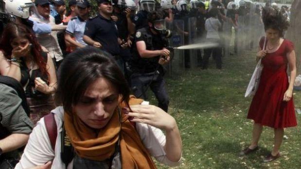 Una serie de imágenes de una mujer con un vestido rojo que es atacada por la policía antimotines con gas lacrimógeno en Estambul en 2013 se convirtieron en un potente símbolo de las marchas antigobierno en Turquía. (Foto: Reuters)