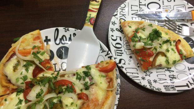 Una pizza personal que se prepara en Italian Food. (Foto: Alicia Rojas/El Comercio)