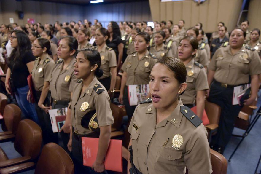 61 a os de la mujer polic a reconocen a agentes for Ministerio del interior peru