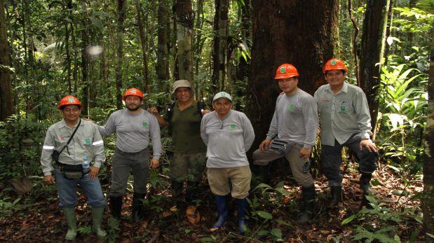 Navarro (segundo desde la izquierda) durante los trabajos de campo que realizaba con Osinfor contra la tala ilegal (Foto: cortesía)