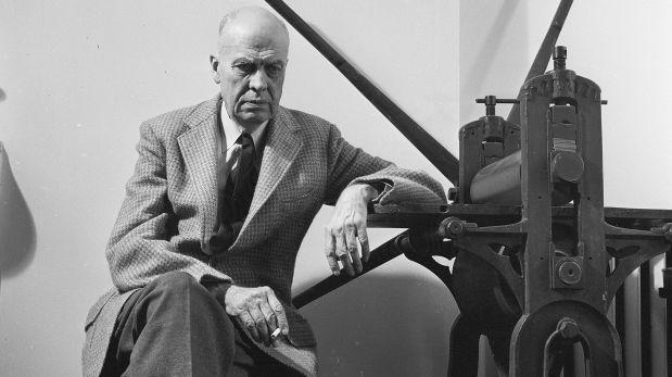 Alrededor de 1955: Edward Hopper sentado junto a una prensa de impresión en su estudio. (Getty Images)