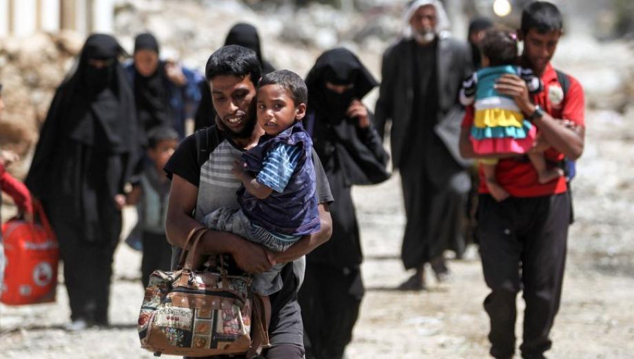 Con hambre y miedo: miles de refugiados huyen de Mosul