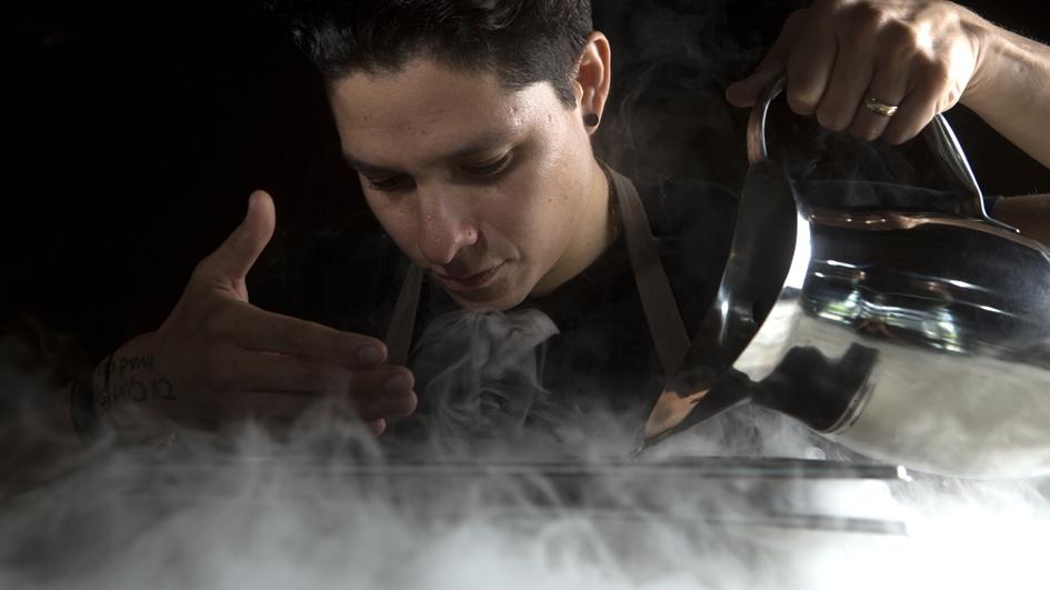 Palmiro Ocampo experimenta con técnicas culinarias ancestrales y modernas para aprovechar al máximo cada ingrediente.