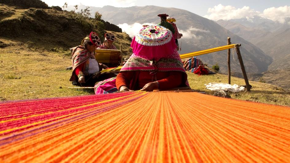 Cusco: Mujeres reescriben la historia del telar.