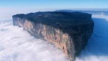 Una montaña sobre las nubes