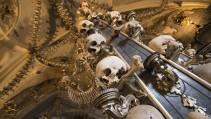 La iglesia decorada con huesos