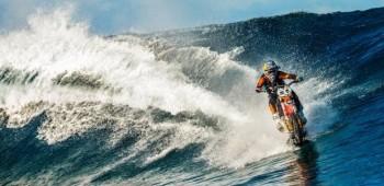 Motociclista surfea con su moto