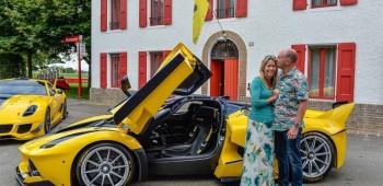Regala a su esposa un Ferrari