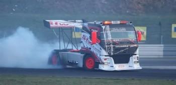 Un camión que hace drifting