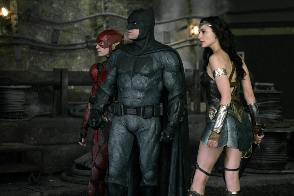 Motivado por la fe que había recuperado en la humanidad e inspirado por la acción altruista de Superman, Bruce Wayne recluta la ayuda de su nueva aliada, Diana Prince, para enfrentarse a un enemigo aún mayor. Juntos, Batman y Wonder Woman se mueven rápidamente para intentar encontrar y reclutar un equipo de metahumanos que combata esta nueva amenaza. El problema es que a pesar de la formación de esta liga de héroes sin precedentes –Batman, Wonder Woman, Aquaman, Cyborg y Flash– puede que sea demasiado tarde para salvar el planeta de una amenaza de proporciones catastróficas.