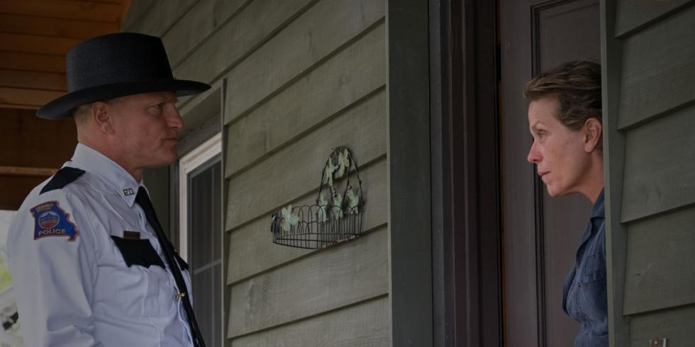 Mildred Hayes (Frances McDormand), una mujer de 50 años cuya hija ha sido violada y asesinada, decide iniciar por su cuenta una guerra contra la policía de su pueblo al considerar que no hacen lo suficiente para resolver el caso y hacer justicia.