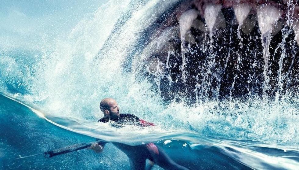 Un submarino de aguas profundas, que forma parte de un programa internacional, es atacado por una enorme criatura y queda averiado en el fondo de la fosa oceánica más profunda del Pacífico, con su tripulación atrapada en el interior. El tiempo se acaba y un oceanógrafo chino, el Dr. Chang, recluta a Jonas Taylor (Jason Statham), un especialista en rescate en aguas profundas, en contra de los deseos de su hija Suyin (Li Bingbing) que cree que puede rescatar a la tripulación por sus propios medios. Pero ambos deberán unir sus fuerzas para salvar a la tripulación y también al océano de una amenaza imparable: un tiburón prehistórico de 23 metros conocido con el nombre de Megalodón. Aunque se creía que estaba extinguido, el Meg está vivo y coleando... y está de caza. Cinco años antes, Jonas se había encontrado con esta misma criatura aterradora, pero nadie le creyó en ese momento. Ahora Jonas debe enfrentarse a sus miedos para volver a las profundidades marinas... donde volverá a verse cara a cara con el depredador más temible de todos los tiempos.