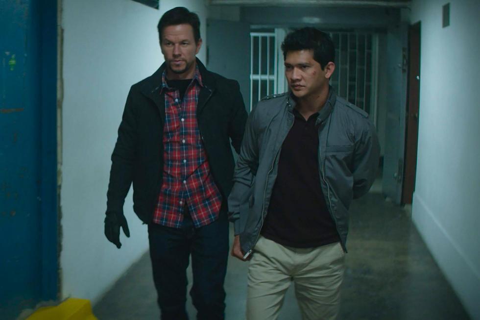 James Silva (Mark Wahlberg) es un experimentado agente de la CIA, enviado a un país sospechoso de actividad nuclear ilegal. Cuando el funcionario local, LI (Iko Uwais), llega a la embajada de los EE. UU. buscando intercambiar información sobre material radioactivo robado a cambio de su paso seguro a los EE. UU., Silva tiene la tarea de transportarlo desde el centro de una ciudad, en una peligrosa misión, hasta una pista de aterrizaje a 22 millas de distancia.