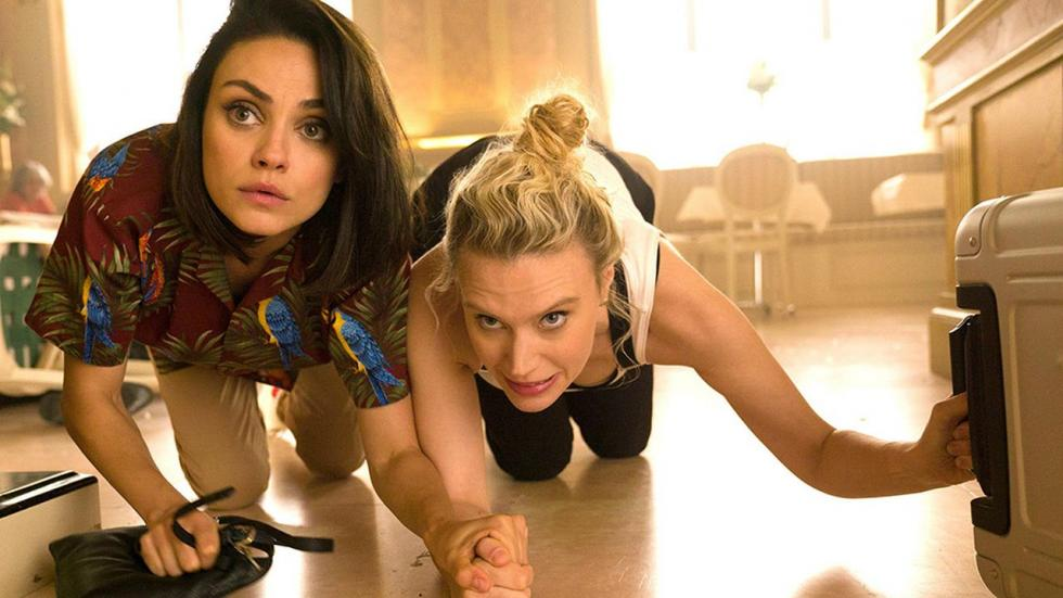 Audrey y Morgan son dos amigas que se ven involucradas en una conspiración internacional cuando una de ellas descubre que su ex-novio era en realidad un espía.