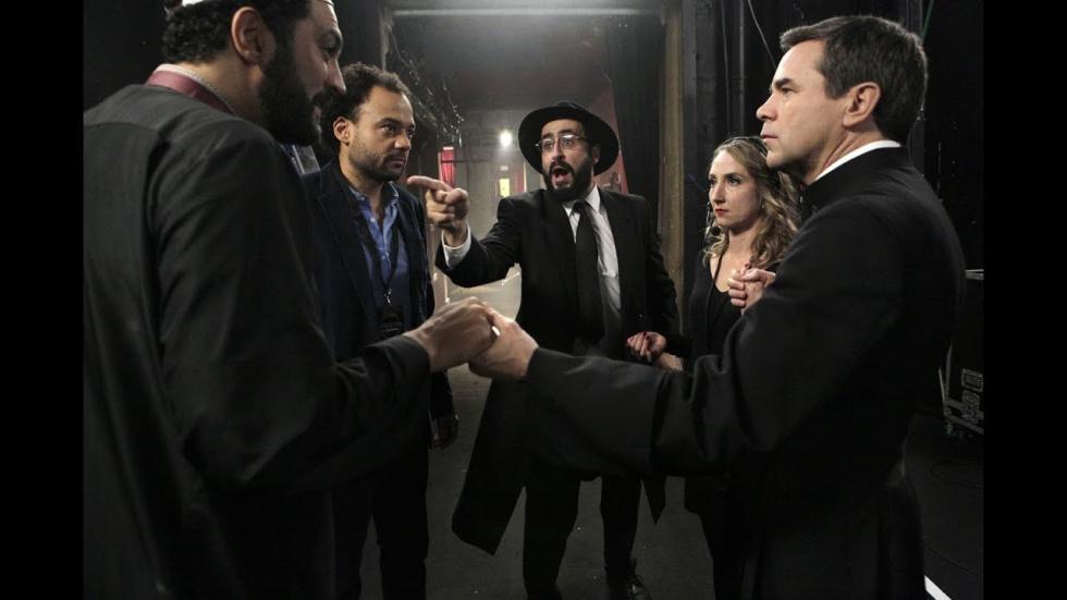 Bajo la presión de su jefa, un productor musical a la deriva decide iniciar una banda formada por un rabino, un sacerdote y un imam para hacerlos cantar juntos.
