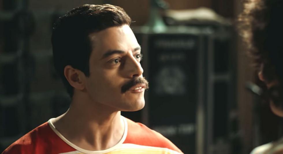'Bohemian Rhapsody' es una celebración de Queen, de su música y de su extraordinario cantante Freddie Mercury, que desafió estereotipos e hizo añicos tradiciones para convertirse en uno de los showmans más queridos del mundo. Bohemian Rhapsody plasma el meteórico ascenso al olimpo de la música de la banda a través de sus icónicas canciones y su revolucionario sonido, su crisis cuando el estilo de vida de Mercury estuvo fuera de control, y su triunfal reunión en la víspera del Live Aid, en la que Mercury, mientras sufría una enfermedad que amenazaba su vida, lidera a la banda en uno de los conciertos de rock más grandes de la historia. Veremos cómo se cimentó el legado de una banda que siempre se pareció más a una familia, y que continúa inspirando a propios y extraños, soñadores y amantes de la música hasta nuestros días