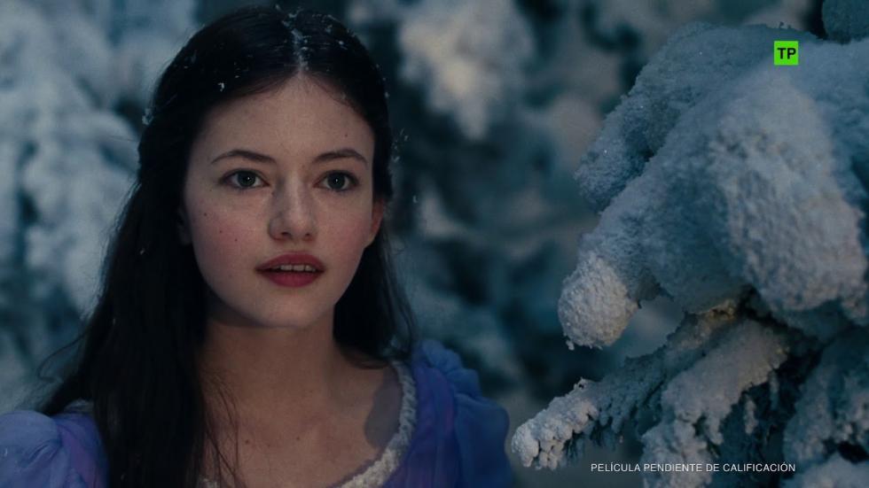 """Versión de """"El cascanueces"""". Todo lo que Clara quiere es una llave que abre una caja que contiene un regalo muy valioso de su madre fallecida. En la fiesta anual de los Drosselmeyer encuentra una pista que le lleva a la llave, pero ésta desaparece en un mundo paralelo. Allí Clara conocerá a un soldado llamado Phillip, a una banda de ratones y a los que rigen los Tres Reinos: la Tierra de los Copos de Nieve, la Tierra de las Flores y la Tierra de los Dulces. Clara y Phillip tendrán que enfrentarse al Cuarto Reino, donde reside la cruel Madre Ginger, para recuperar la llave y poder devolver la armonía al mundo."""
