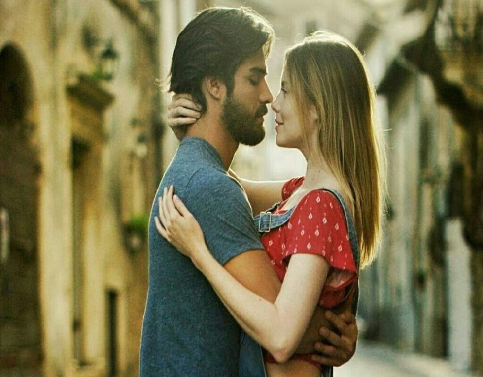 Uma (Alexandra Braun) es una joven venezolana que vive en Italia y conoce a Leo (Orlando Delgado), de quien se enamora. La relación y la vida de ambos se verán afectadas por un accidente de auto. Pese a ello, habrá una química inevitable que trasciende durante toda la película.
