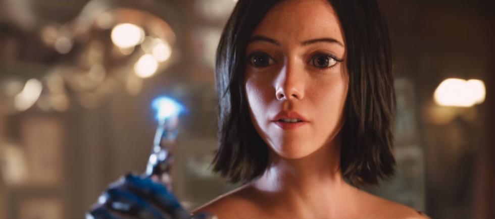 """Cuando Alita (Rosa Salazar) se despierta sin recordar quién es en un mundo futuro que no reconoce, Ido (Christoph Waltz), un médico compasivo, se da cuenta de que en algún lugar de ese caparazón de cyborg abandonado, está el corazón y alma de una mujer joven con un pasado extraordinario. Mientras Alita toma las riendas de su nueva vida y aprende a adaptarse a las peligrosas calles de Iron City, Ido tratará de protegerla de su propio pasado, mientras que su nuevo amigo Hugo (Keean Johnson) se ofrecerá, en cambio, a ayudarla a desenterrar sus recuerdos. Cuando las fuerzas mortales y corruptas que manejan la ciudad comienzan a perseguir a Alita, ella descubre una pista crucial sobre su pasado: posee habilidades de combate únicas que los que ostentan el poder querrán controlar a toda costa. Sólo manteniéndose fuera de su alcance, podrá salvar a sus amigos, a su familia y el mundo que ha aprendido a amar. Remake del clásico anime de 1993 """"Alita, Ángel del Combate""""."""