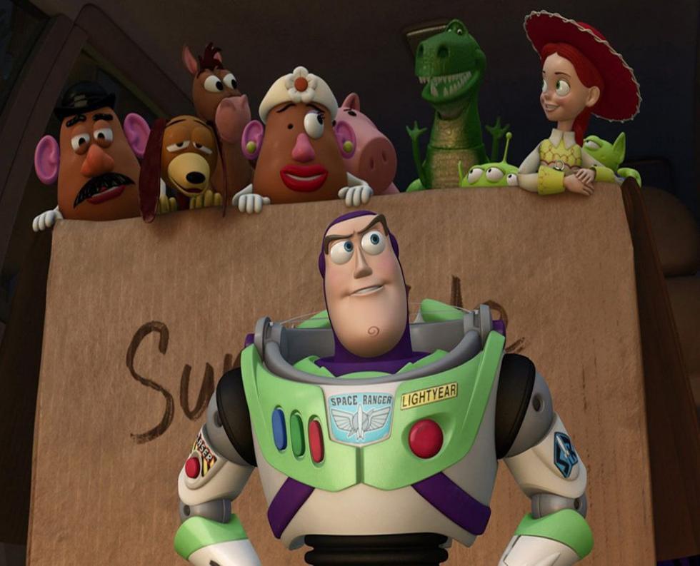 """Woody siempre ha tenido claro cuál es su labor en el mundo, y cuál es su prioridad: cuidar a su dueño, ya sea Andy o Bonnie. Pero cuando Bonnie añade Forky, un nuevo y reluciente juguete a su habitación, arranca una nueva aventura que servirá para que los viejos y nuevos amigos le enseñen a Woody lo grande que puede ser el mundo para un juguete. Cuarta entrega de la saga """"Toy Story"""". (FILMAFFINITY)"""