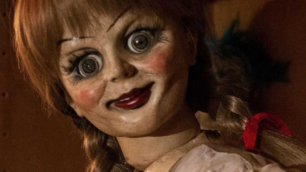 """Los demonólogos Ed y Lorraine Warren están decididos a evitar que Annabelle cause más estragos, así que llevan a la muñeca poseída a la sala de objetos bajo llave que tienen en su casa. La colocan """"a salvo"""" en una vitrina sagrada bendecida por un sacerdote. Pero una terrorífica noche nada santa, Annabelle despierta a los espíritus malignos de la habitación que se fijan un nuevo objetivo: la hija de diez años de los Warren, Judy, y sus amigas. (FILMAFFINITY)"""