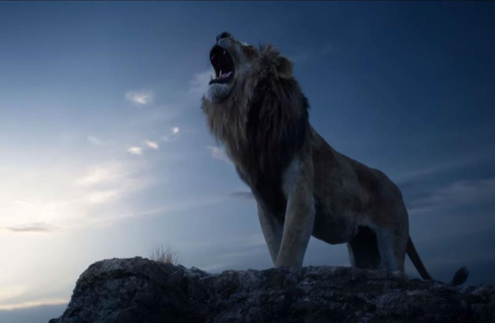 """Tras el asesinato de su padre, un joven león abandona su reino para descubrir el auténtico significado de la responsabilidad y de la valentía. Remake de """"El Rey León"""", dirigido y producido por Jon Favreau, responsable de la puesta al día, con el mismo formato, de """"El libro de la selva"""" (2016). (FILMAFFINITY)"""