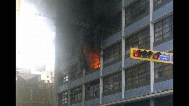 Bomberos controlaron incendio en cruce de Av. Tacna y Jr. Huancavelica