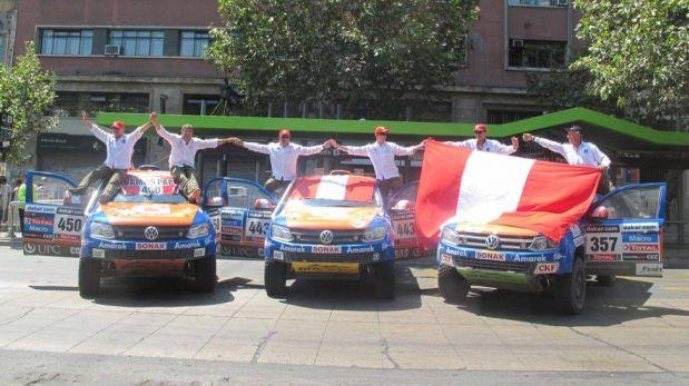 FOTOS: pilotos peruanos del Dakar desfilaron por el podio oficial de premiación