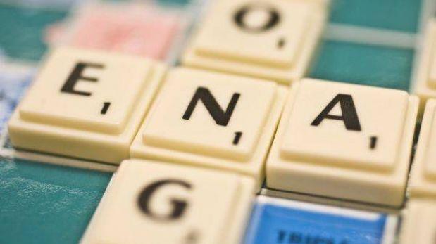 Diputado francés desata polémica por jugar Scrabble en el Parlamento