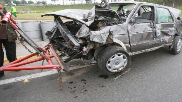 Choque frontal entre auto y un bus dejó un muerto y diez heridos