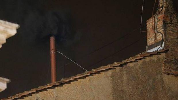 Aún no hay nuevo Papa: primera votación terminó con una fumata negra