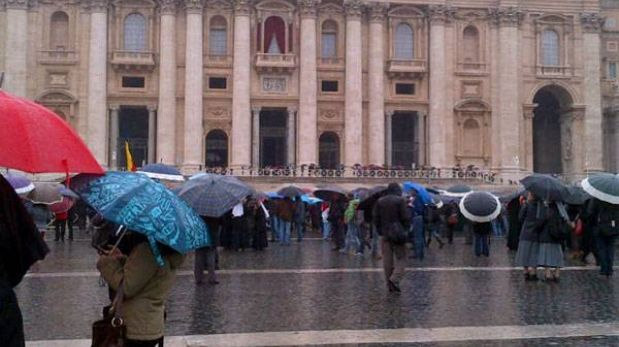 Miles de personas esperaron la elección del nuevo Papa en la plaza San Pedro
